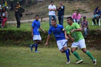 Varios excombatientes de las FARC-EP, antiguos paramilitares, miembros de las fuerzas de seguridad, artesanos y jugadores profesionales jugaron un amistoso con la comunidad local de Llano Grande, en el departamento de Antioquia.