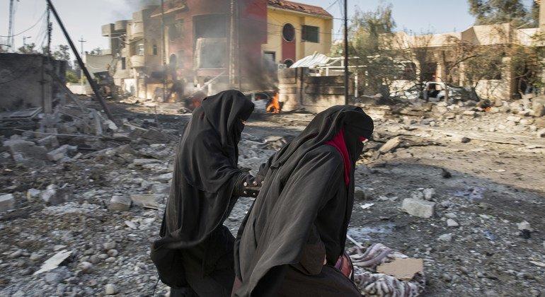 مدنيون في الموصل، العراق، في أعقاب تفجير انتحاري بسيارة مفخخة.