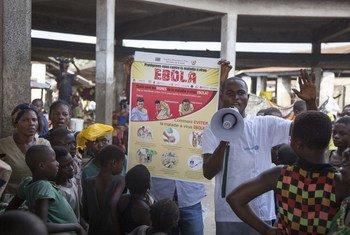 Mbandaka, République démocratique du Congo : Simplice Elonga, un travailleur social soutenu par l'UNICEF, explique à un groupe d'enfants comment éviter de contracter le virus Ebola. 5 juin 2018.