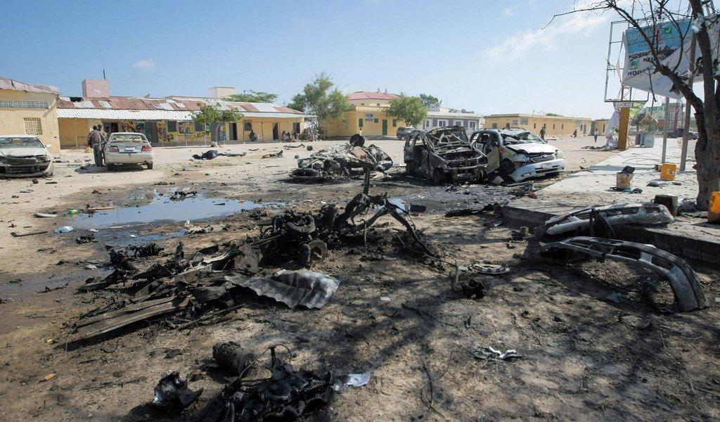 索马里首都摩加迪沙一次汽车炸弹爆炸袭击后的场景。(资料图片)