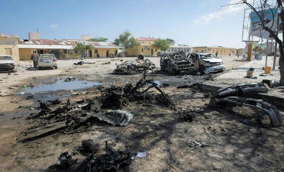 من الأرشيف: دمار قرب مطعم في العاصمة الصومالية مقديشو بعد هجمات انتحارية أدت إلى مقتل 18 شخصا وإصابة العشرات.
