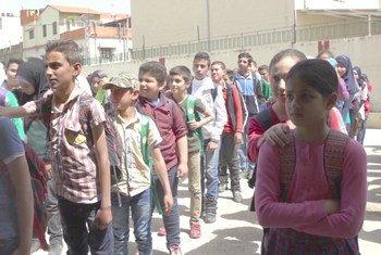 Crianças sírias que estão vivendo como refugiadas no Líbano