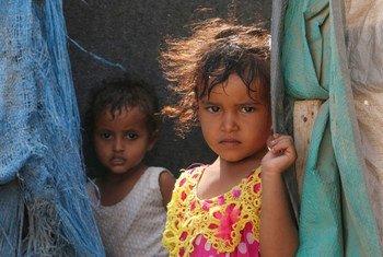 Niños yemeníes desplazados por el conflicto en Aden.
