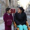 Девочка восьми лет, которая была парализована в результате взрыва бомбы в сирийском городе Алеппо. Рядом с ее инвалидной коляской – пятилетняя сестра. 11 декабря 2017 года.