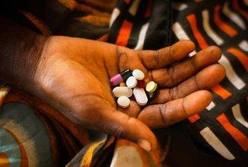 Une jeune femme tient dans sa main des médicaments après une opération chirurgicale.