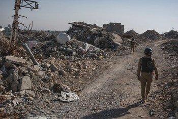 Des experts en déminage mènent des opérations dans la vieille ville fortement détruite de Mossoul, dans le nord de l'Iraq.
