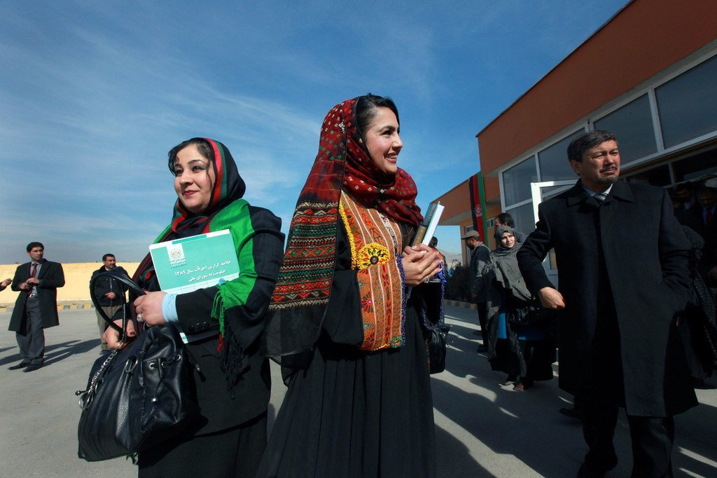 Des femmes parlementaires afghanes lors de leur cérémonie d'investiture au parlement à Kaboul en 2001.
