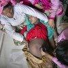 Des agents de santé aident une femme enceinte au centre de maternité du camp de réfugiés de Nayapara, à Cox's Bazar, au Bangladesh