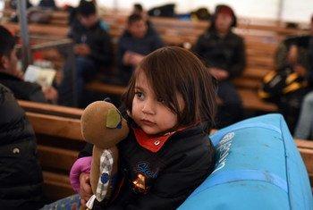 Эта девочка ждет разрешения на прием в центре по размещению беженцев в Бывшей югославской республике Македония после того, как ее отказались пускать в Сербию