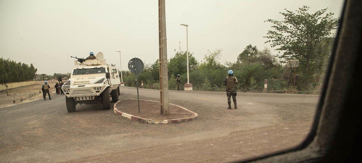 联合国马里多层面综合稳定团维和人员在马里莫普提的一个十字路口进行安全警戒。