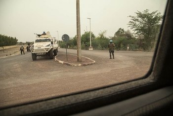 Peacekeepers serving with the UN Multidimensional Integrated Stabilization Mission in Mali (MINUSMA) secure an intersection in Mopti, Mali. (file photo)