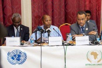 Mohamed Ibn Chambas (centre), Représentant spécial du Secrétaire général pour l'Afrique de l'Ouest lors du lancement du plan de soutien