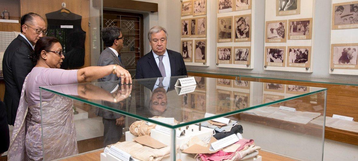 秘书长安东尼奥•古特雷斯( 右)和世界银行集团总裁金墉( 左)在位于孟加拉国首都达卡的班加班杜纪念博物馆参观。博物馆保存了孟加拉国首任总统拉赫曼的遗物。拉赫曼于1975年在这所房子里被士兵杀害。
