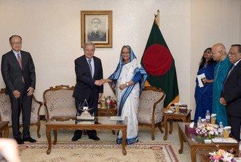 Le Secrétaire général de l'ONU António Guterres avec la Première Ministre du Bangladesh, Sheikh Hasina (droite) à la primature à Dhaka. Le chef de l'ONU est en mission au Bangladesh avec le Président du Groupe de la Banque mondiale, Jim Yong Kim (gauche).
