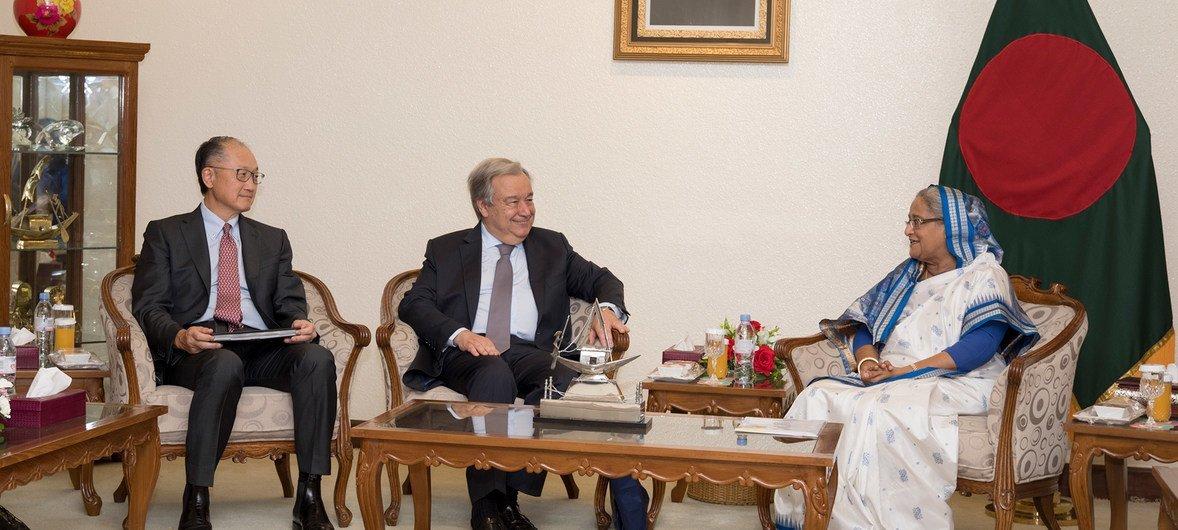 秘书长安东尼奥•古特雷斯( 中 )和世界银行集团总裁金墉( 左 )与孟加拉国总理谢赫•哈西纳在达卡总理办公室。