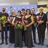 来自阿富汗、土耳其、美国、奥地利及日本的青年作曲家和音乐家与国际移民组织南欧、东欧和中亚区域主任沙巴多斯(左一)、茱莉亚音乐学院副校长纽金特(右二),以及联合国维也纳办事处新闻中心主任内西尔基(右一)