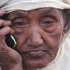 Gul Zahar, ajuza mwenye umri wa miaka 90 akisikiliza Qu'ran kupitia simu ya kiganjani kwenye kambi ya wakimbizi wa kabila la Rohingya nchini Bangladesh.