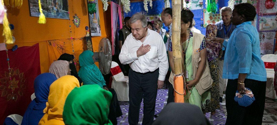 В июле Генеральный секретарь ООН Антониу Гутерриш посетил лагерь беженцев-рохинджа в Кокс-Базаре в Бангладеш.