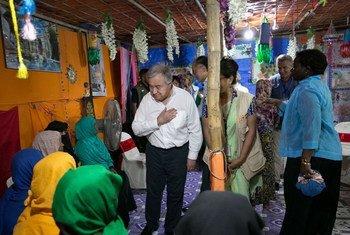 2018年7月2日,联合国秘书长古特雷斯(中)看望孟加拉国考克斯巴扎地区的罗兴亚难民。