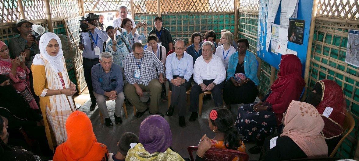 Le Secrétaire général de l'ONU, António Guterres, le Président de la Banque mondiale, Jim Yong Kim, la Directrice de l'UNFPA, Natalia Kanem et le Haut Commissaire aux réfugiés, Filippo Grandi, rencontrent des Rohingyas à Cox's Bazaar, an Bangladesh.