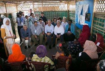 2018年7月2日,联合国秘书长古特雷斯(右二),世界银行行长金墉(中),联合国人口基金执行主任纳塔莉亚•卡内姆博士(右一)和难民专员办事处高级专员菲利波•格兰迪(左一)在孟加拉国考克斯巴扎地区的难民营中与罗兴亚难民交谈。