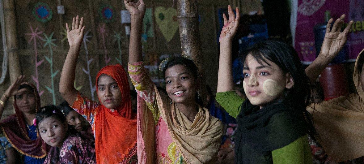 Des jeunes filles dans un espace réservé aux femmes dans un camp de réfugiés rohingyas à Cox's Bazar, au Bangladesh.