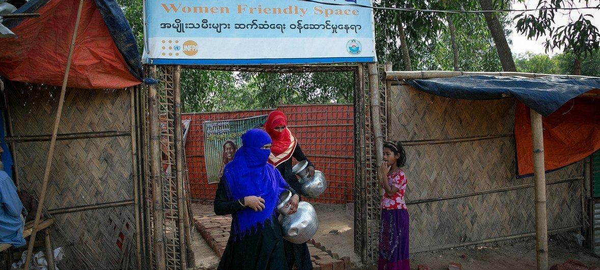 Wanawake wawili wakitoka katika kituo rafiki kwa wanawake kwenye makazi ya wakimbizi wa Rohingya huko Cox's Bazar nchini Bangladesh. Kwenye kituo hiki angalau wana uhakika wa usalama wao.