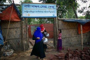 Deux femmes quittent un espace réservé aux femmes dans un camp de réfugiés rohingyas à Cox's Bazar, au Bangladesh. Ces espaces offrent aux femmes et aux filles un refuge où elles peuvent trouver soutien et protection.