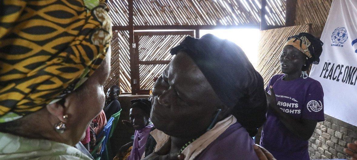 Amina Mohammed entregando un mensaje de paz y esperanza en un campamento de desplazados en Sudán del Sur.