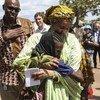 Naibu Katibu Mkuu wa Umoja wa Mataifa Amina Mohammed akimkumbatia msichana mdogo wakati wa ziara ya Sudan Kusini