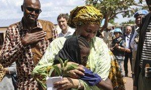 La Vice-Secrétaire générale de l'ONU, Amina J. Mohammed, embrasse une jeune fille lors de sa visite au Soudan du Sud.