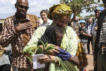 La vicesecretaria Amina Mohammed abraza una niña durante su visita a Sudán del Sur.