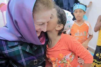"""المديرة التنفيذية لليونيسف هنريتا فور تلتقي أطفالا يمنيين في """"مساحة صديقة للطفل"""" في عدن. يونيو-يوليو 2018"""