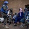 Des policiers de l'ONU au Mali discutent avec la population lors d'une patrouille dans les rues de Menaka, dans le nord du pays.
