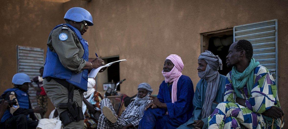Kundi la maafisa polisi wa UN waliopo ujumbe wa UN wa kuweka utulivu nchini Mali, MINUSMA, wakizungumza na raia wakati wa doria mjini Menaka, kaskazini mwa Mali.