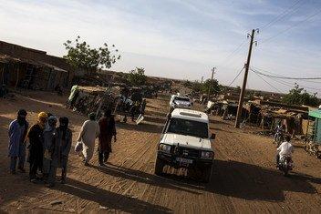 Un equipo de la MINUSMA patrulla las calles de Menaka en el norte de Mali.