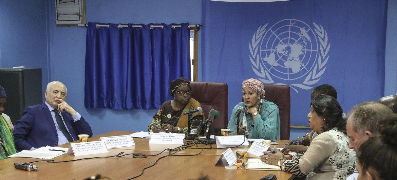 Naibu Katibu Mkuu wa UN Amina J. Mohammed (wa kati kulia) akizungumza na wanahabari mjini Juba, Sudan Kusini. Kulia kwake ni Bineta Diop, mjumbe maalum wa AU kwa masuala ya Wanawake, Amani na Usalama.