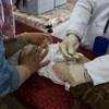 在伊拉克重镇摩苏尔西部的一家医疗救护中心内,医生正在给一名两岁的男童注射脊髓灰质炎疫苗。在伊拉克军队收复摩苏尔几个月之后,这家医疗中心便不得不在资金短缺的情况下超负荷运转。