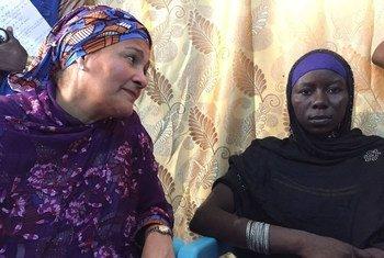 A Bol, au Tchad, la Vice-Secrétaire générale de l'ONU, Amina Mohammed (gauche), rencontre Halima Yakoy Adam, une femme qui a survécu à une mission-suicide de Boko Haram.