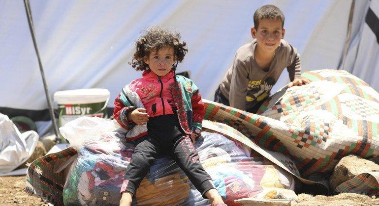 أطفال يفرون مع عائلاتهم بسبب العنف في درعا (2018)