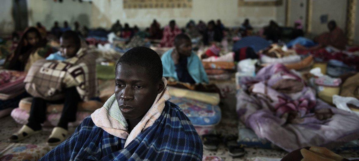 Migrantes num centro de detenção em Tripoli, na Líbia.