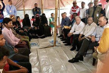 Генеральный секретарь Антониу Гутерриш вместе с главами ряда учреждений ООН общается с беженцами-рохинджа из Мьянмы, нашедшими приют в Бангладеш