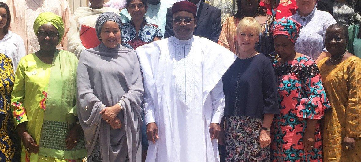 Le Président du Niger, Mahamadou Issoufou accueille la délégation conjointe de l'ONU et de l'UA dirigée par la Vice-secrétaire générale Amina J. Mohamed (à sa gauche) et à laquelle participe la cheffe de la diplomatie suédoise, Margot Wallström (à sa droite)