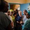 联合国常务副秘书长阿米娜·穆罕默德(右二)与瑞典外交大臣玛格特·瓦尔斯特伦(右三)一同访问位于尼日尔首都尼亚美市郊的国家产科瘘中心。