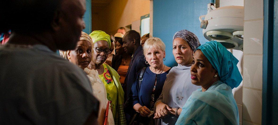 Amina J. Mohammed, Vice-Secrétaire générale de l'ONU (c), Margot Wallstrom, Ministre suédoise des affaires étrangères (g) et la Dr Lalla Malika Issoufou Mahamadou, Seconde Première dame au Centre national de la fistule à Niamey
