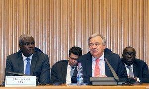 Le Secrétaire général de l'ONU, António Guterres (à droite), à la Conférence annuelle ONU-Union africaine à Addis Abeba, en Ethiopie.