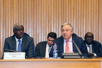 Katibu Mkuu wa UN António Guterres (kulia) akihutubia kikao cha amani na usalama cha
