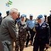 مساعد الأمين العام الأسبق لعمليات حفظ السلام إدموند موليه يحيي ضابطتي حفظ السلام من الأردن