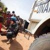 Afisa wa kikosi cha kulinda amani Darfur akizungumza na mtoto katika kambi ya Zam Zam Darfur Kaskazini. Mkuu wa UNICEF asema ni lazima tuzuie ukatili dhidi ya watoto