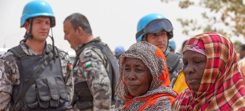 حفظة سلام أردنيون في بعثة يوناميد أثناء قيامهم بدورية في مخيم زمزم للنازحين.